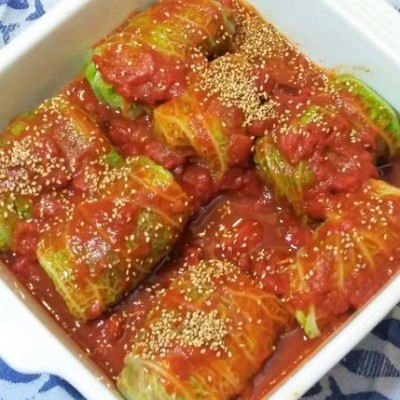 Vis in koolrolletjes met tomatensaus